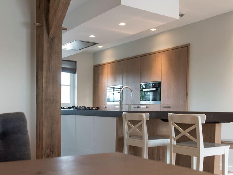 Keukens Goossens Etten Leur : Een woonkeuken met betonnen blad en pittcooking